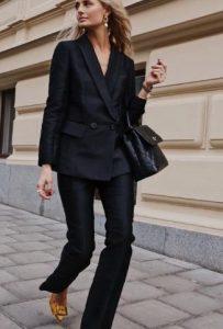 εντυπωσιακό μαύρο κοστούμι με σταυρωτό σακάκι