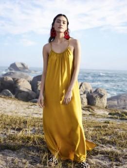 μάξι κίτρινο φόρεμα με τιράντα ρούχα και αξεσουάρ διακοπές νησί
