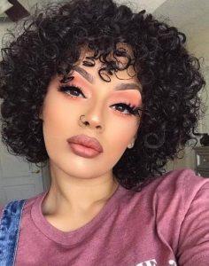 σκούρα κατσαρά μαλλιά