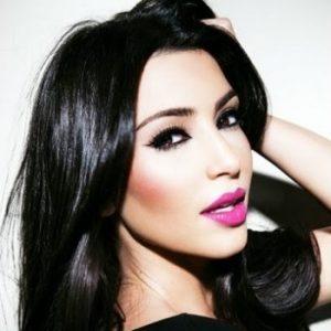 ροζ κραγιόν χείλια ανοιχτόχρωμα μαύρο μαλλί