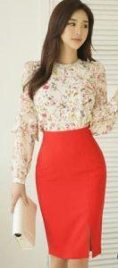 μοντέρνα επιλογή ντυσίματος με εφαρμοστή φούστα και φλοράλ πουκάμισο