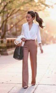 γυναικείο ντύσιμο με παντελόνι καμπάνα και λευκό πουκάμισο