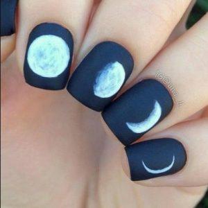 σχέδιο με φεγγάρι για νύχια