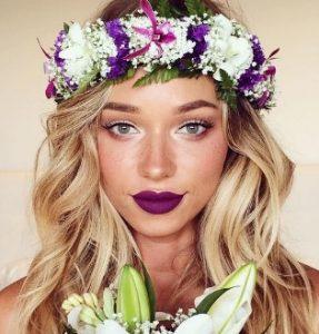 μοβ χείλη ξανθιά μακρύ μαλλί στεφάνι από λουλούδια