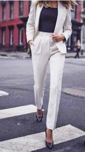 λευκό κοστούμι με ψιλές ρίγες