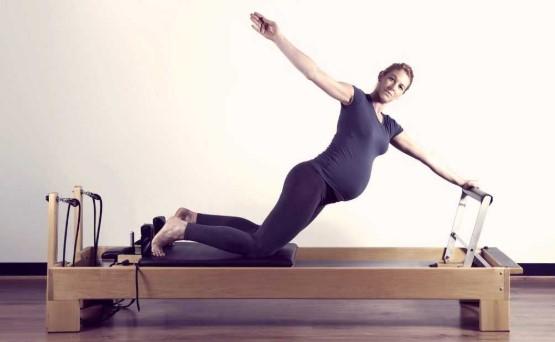έγκυος κρεβάτι pilates reformer τέλεια άσκηση