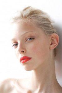 πορτοκαλί χείλη λευκή επιδερμίδα πολύ ξανθό μαλλί