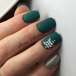 πράσινο σκούρο μανικιούρ