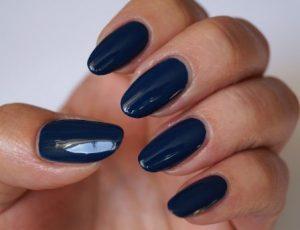 σκούρα μπλε νύχια μανικούρ μεσαίο μήκος
