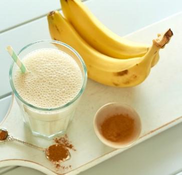 smoothie μπανάνας μέλι ποτήρι