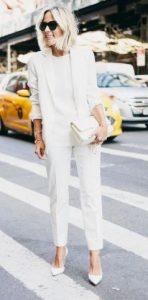total white εμφάνιση με γυναικείο κοστούμι
