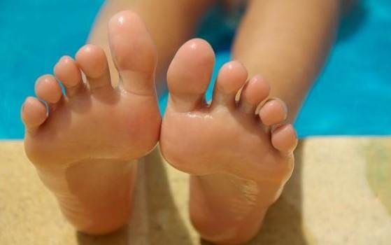 γυναίκα πόδια βρεγμένα θάλασσα ιδρώνουν πόδια καλοκαίρι