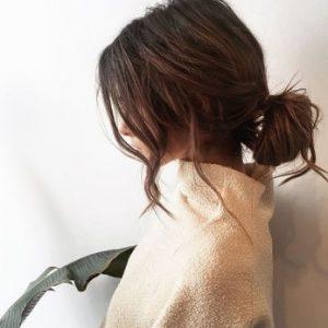 κοτσίδα πιασμένη χαμηλά κότσος ατημέλητη τσουλούφια καστανό μαλλί