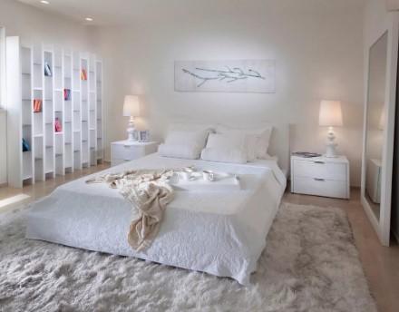 υπνοδωμάτιο μεγάλο χαλί άσπρο κρεβάτι
