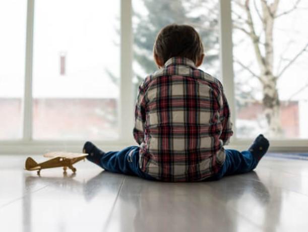 αγοράκι κάθεται μόνο του παιδί φίλους