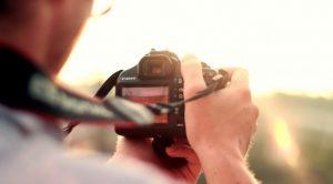 άνθρωπος κοιτάει οθόνη φωτογραφικής μηχανής φυσικό φως φωτογραφίες