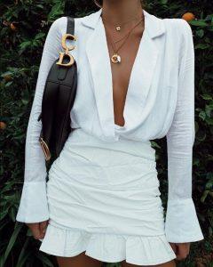 άσπρο μίνι φόρεμα βολάν μακρυμάνικο ντεκολτέ