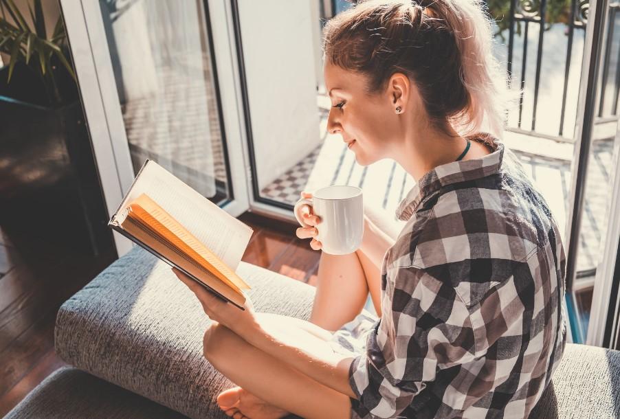 γυναίκα απολαμβάνει βιβλίο διαβάζει καφές ξεπεράσεις