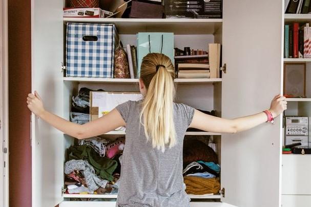 γυναίκα καθαρίζει ντουλάπι ξεσκαρτάρισμα