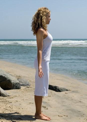 γυναίκα στέκεται ευθεία θάλασσα