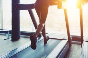 γυναίκα τρέχει διάδρομο αθλητικά προπόνηση σωματότυπο