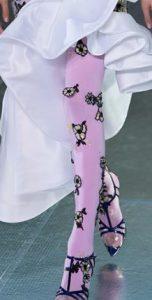 καλσόν υπόλευκο με ανάγλυφα ασπρόμαυρα λουλούδια