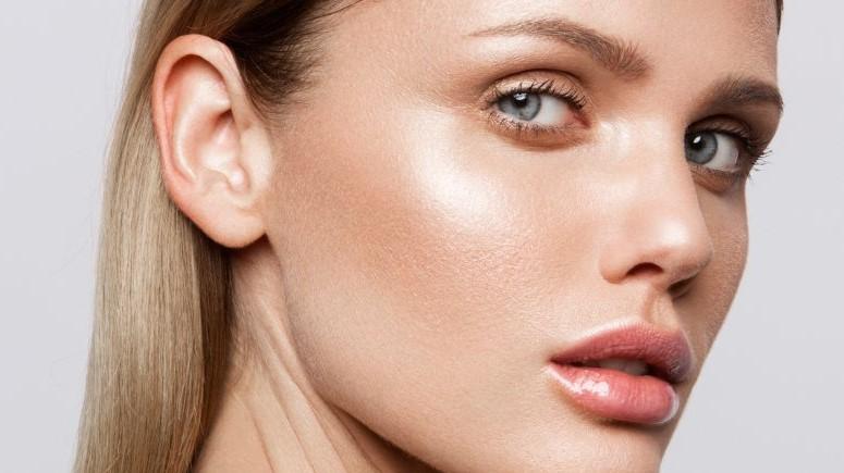 highlighter μάγουλα βλέφαρα λάμψη tips μακιγιάζ νεότερη
