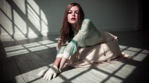 κοπέλα στο πάτωμα φωτογραφία σκιές από παράθυρο