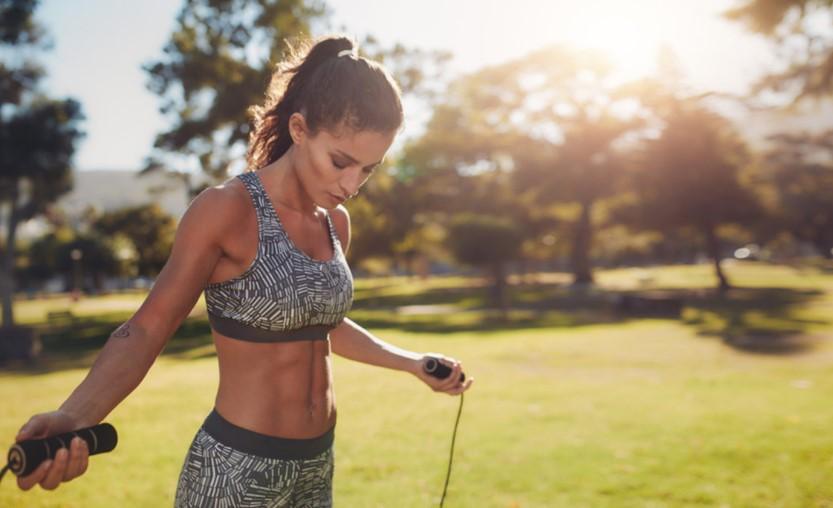 κοπέλα κάνει σχοινάκι βελτιώσεις στάση σώματος