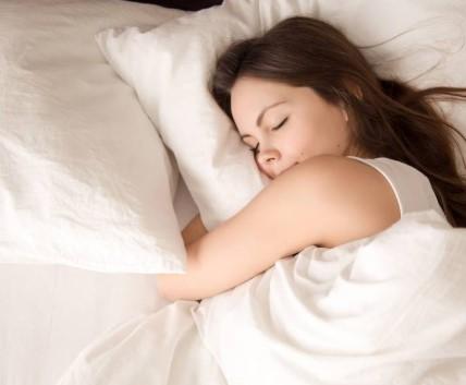 κοπέλα κοιμάται μαξιλάρια πάπλωμα