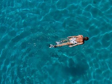 κοπέλα κολυμπάει θάλασσα