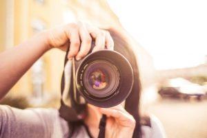 κοπέλα κρατάει φωτογραφική μηχανή