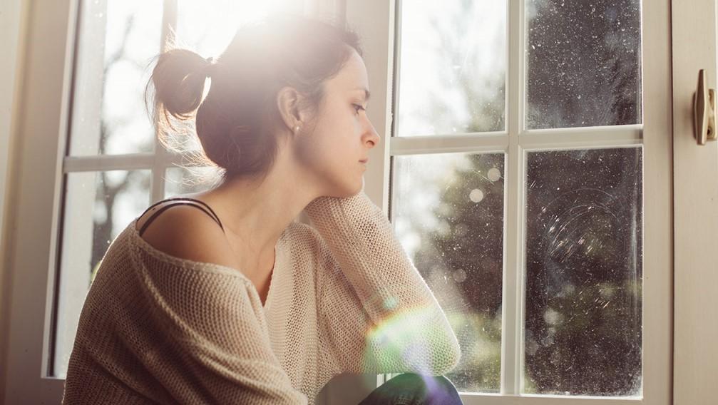 κοπέλα λυπημένη στο παράθυρπ