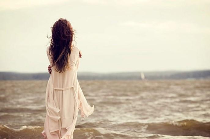 κοπέλα μόνη περπατάει στη θάλασσα tips για να τον ξεπεράσεις