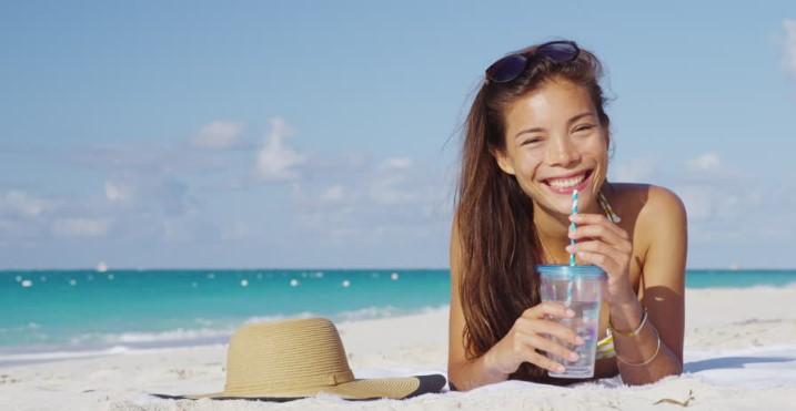 κοπέλα πίνει νερό θάλασσα αδυνάτισμα διακοπές