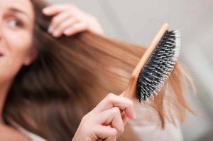 κοπέλα χτενίζει μακριά μαλλιά βούρτσα
