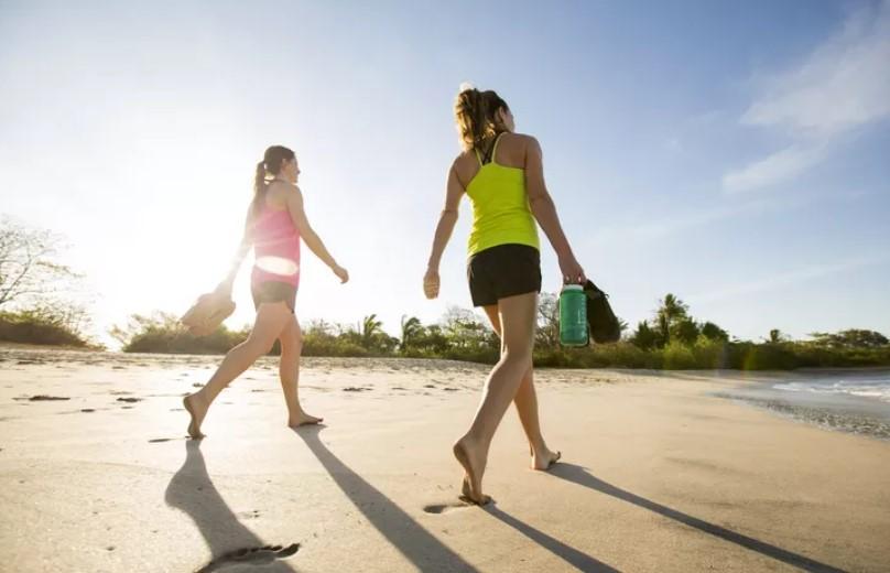 κοπέλες περπατάν στην παραλία αδυνάτισμα διακοπές