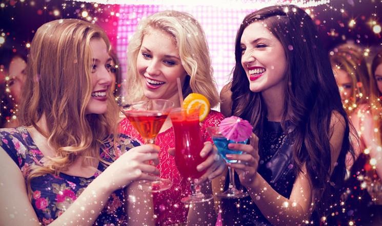 κορίτσια έξοδος πάρτυ πίνουν ποτά κοκτέιλ να τον ξεπεράσεις