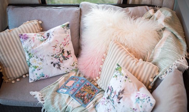 μαξιλάρια καναπέ ροζ γούνα διάφορα υφάσματα διακόσμηση 2020