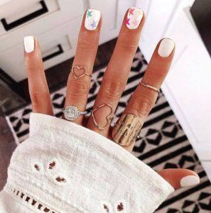 άσπρα νύχια πολύχρωμα αστεράκια μοντέρνα σχέδια νύχια
