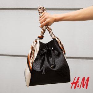 μαύρη δερμάτινη τσάντα με φουλάρι