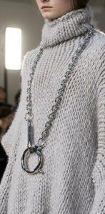 μεγάλη μακριά μεταλλική αλυσίδα πουλόβερ