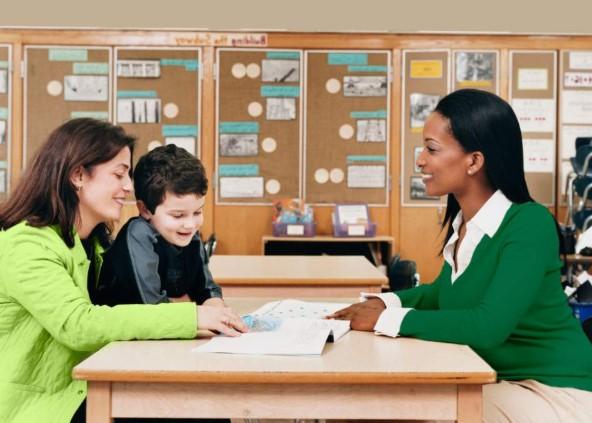 μητέρα μιλάει με δασκάλα σχολείο