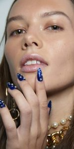 μπλε μακριά νύχια με άσπρες πέρλες