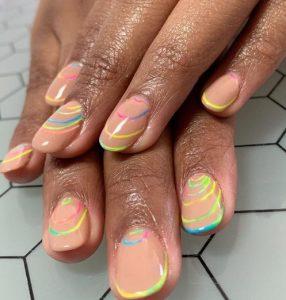 nude νύχια neon γραμμές μανικιούρ μοντέρνα σχέδια νύχια