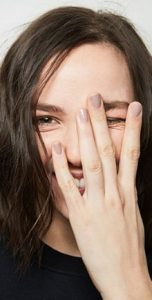 nude γκρι κοντά νύχια τάσεις νύχια χειμώνα 2019-2020