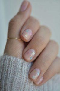 nude νύχια μικρά ασημένια αστεράκια