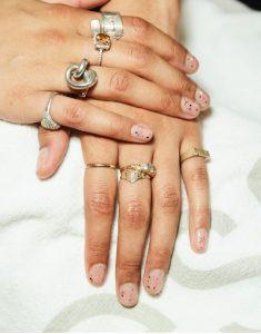 nude νύχια glitter κοσμήματα