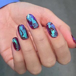 νύχια με σχέδιο σπασμένο γυαλί σκούρο χρώμα
