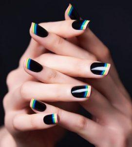 μαύρα νύχια χρωματιστές γραμμές τάσεις νύχια χειμώνα 2019-2020